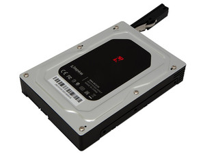 """Adaptador Kingston para disco duro de 2.5\"""" SATA para convertirlo en un disco duro SATA de 3.5\"""" interno."""